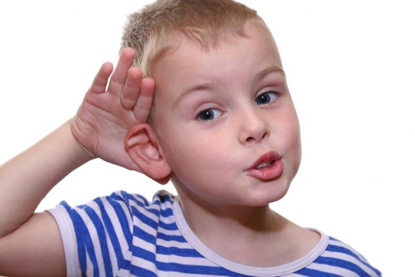 210515-niño-escucha